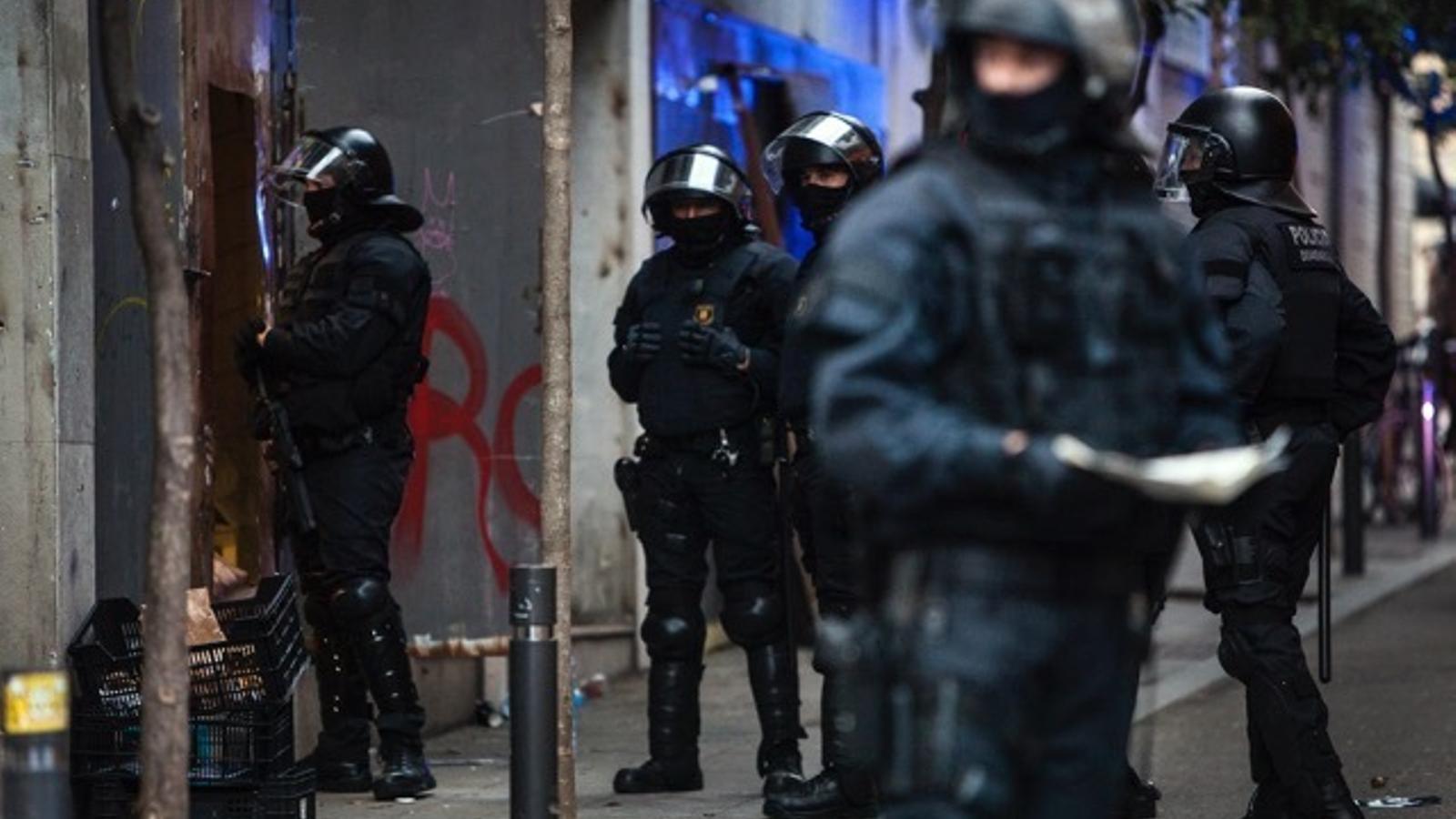 Els antiavalots de Mossos fan torns de 10 hores per l'amenaça terrorista i l'1-O