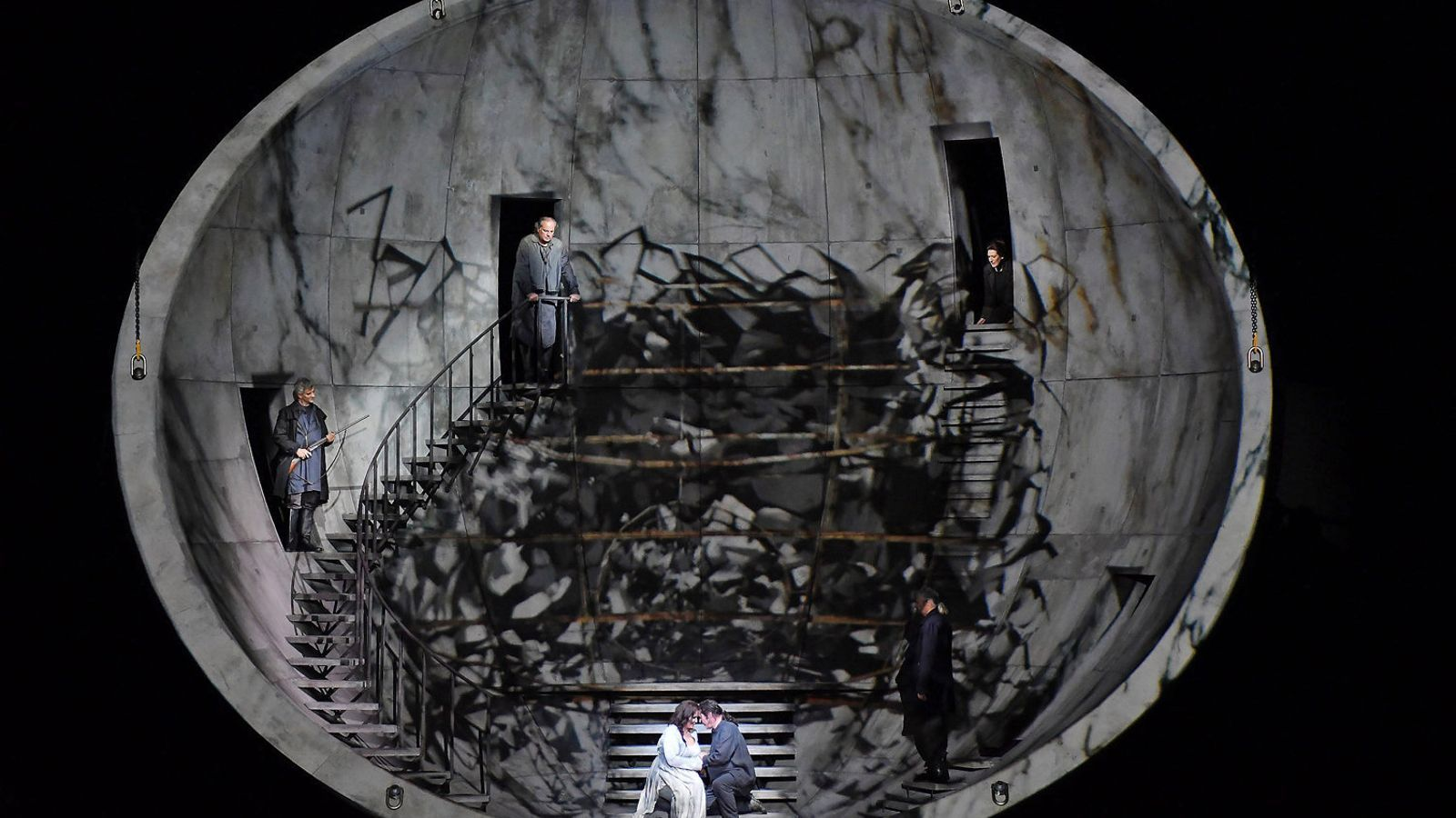 Iréne Theorin i Stefan Vinke, a la part inferior de la gran esfera d'aquesta Tristan und Isolde.