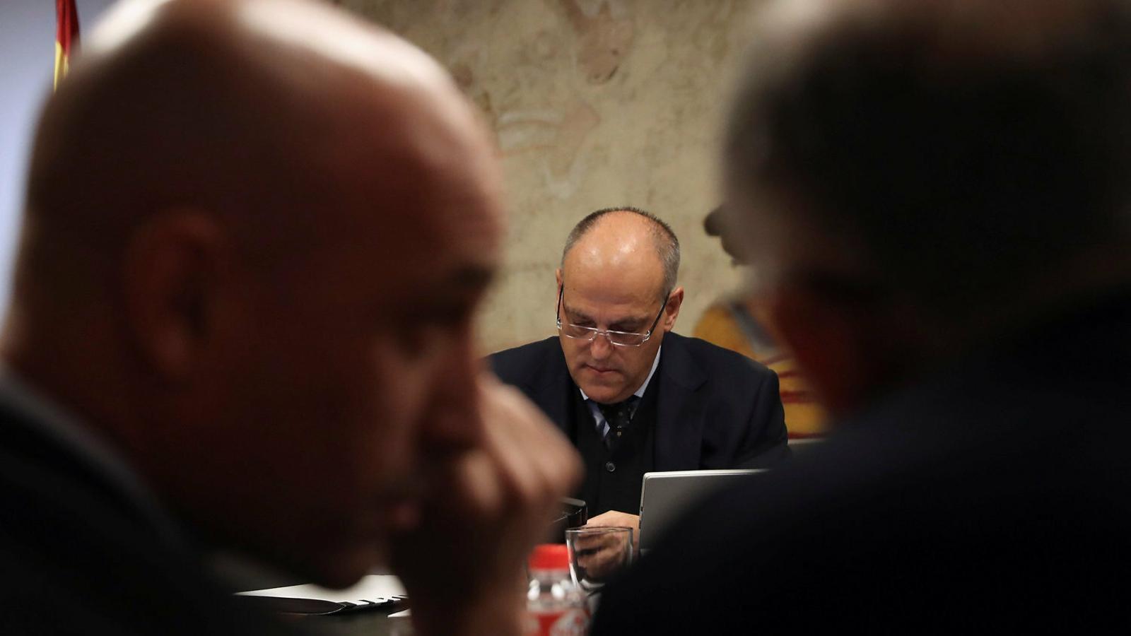Luis Rubiales i Javier Tebas (al fons) durant una reunió de la Federació Espanyola i la Lliga al CSD.