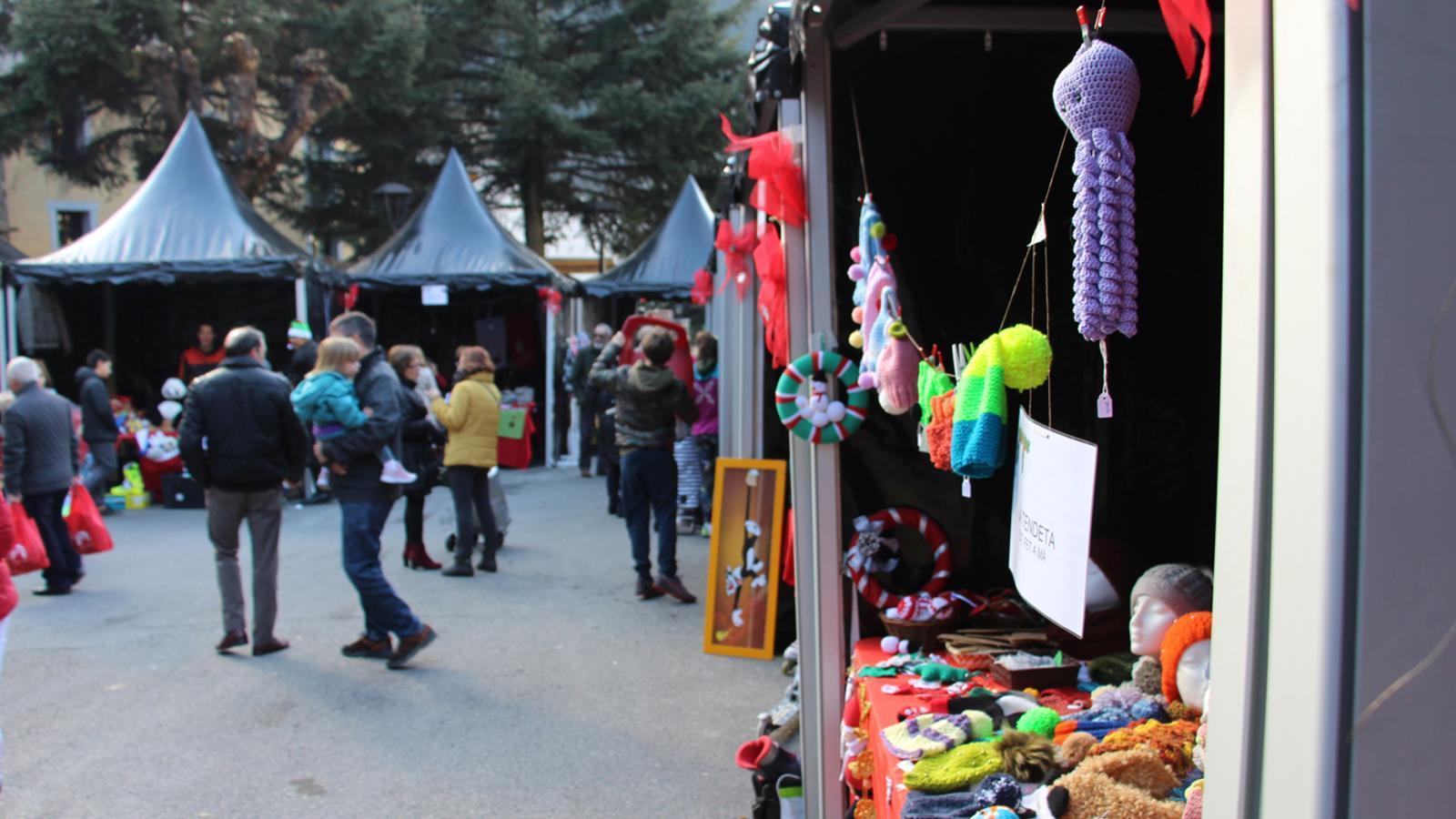 Algunes de les parades que es poden trobar aquest dissabte al Mercat de Nadal d'Encamp. / M. P. (ANA)