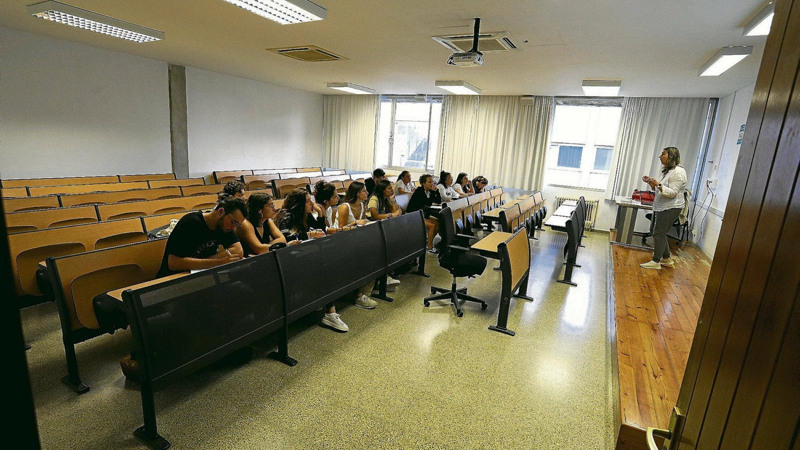 Filologia Catalana: falten alumnes i sobra feina