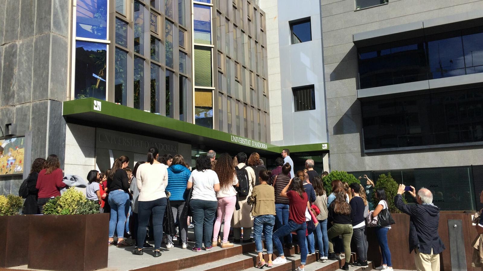 Alumnes a l'exterior de l'UdA. / Arxiu ANA