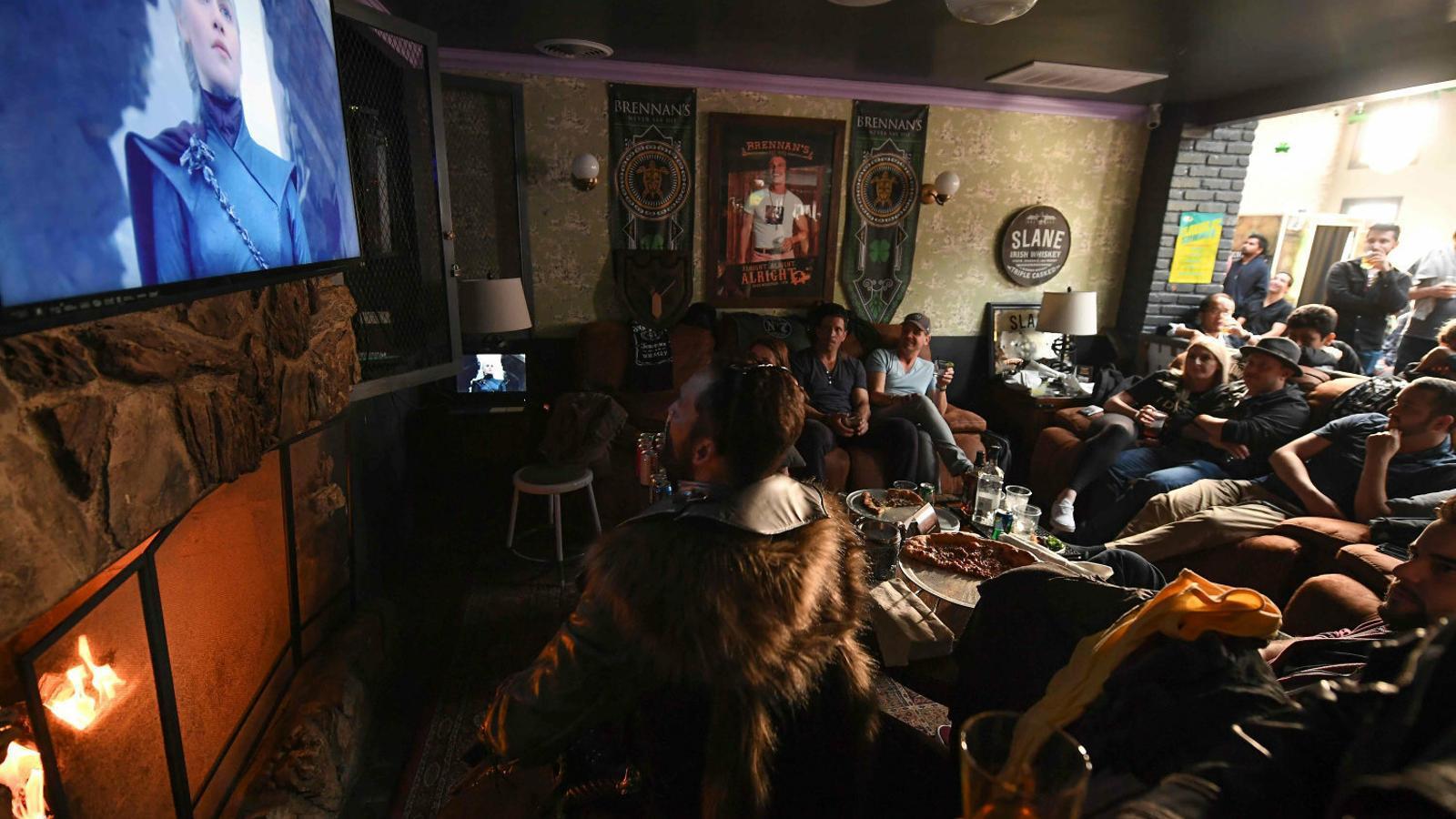 Fans de Joc de trons veient el capítol final en un local de Califòrnia, aquest diumenge a la nit.