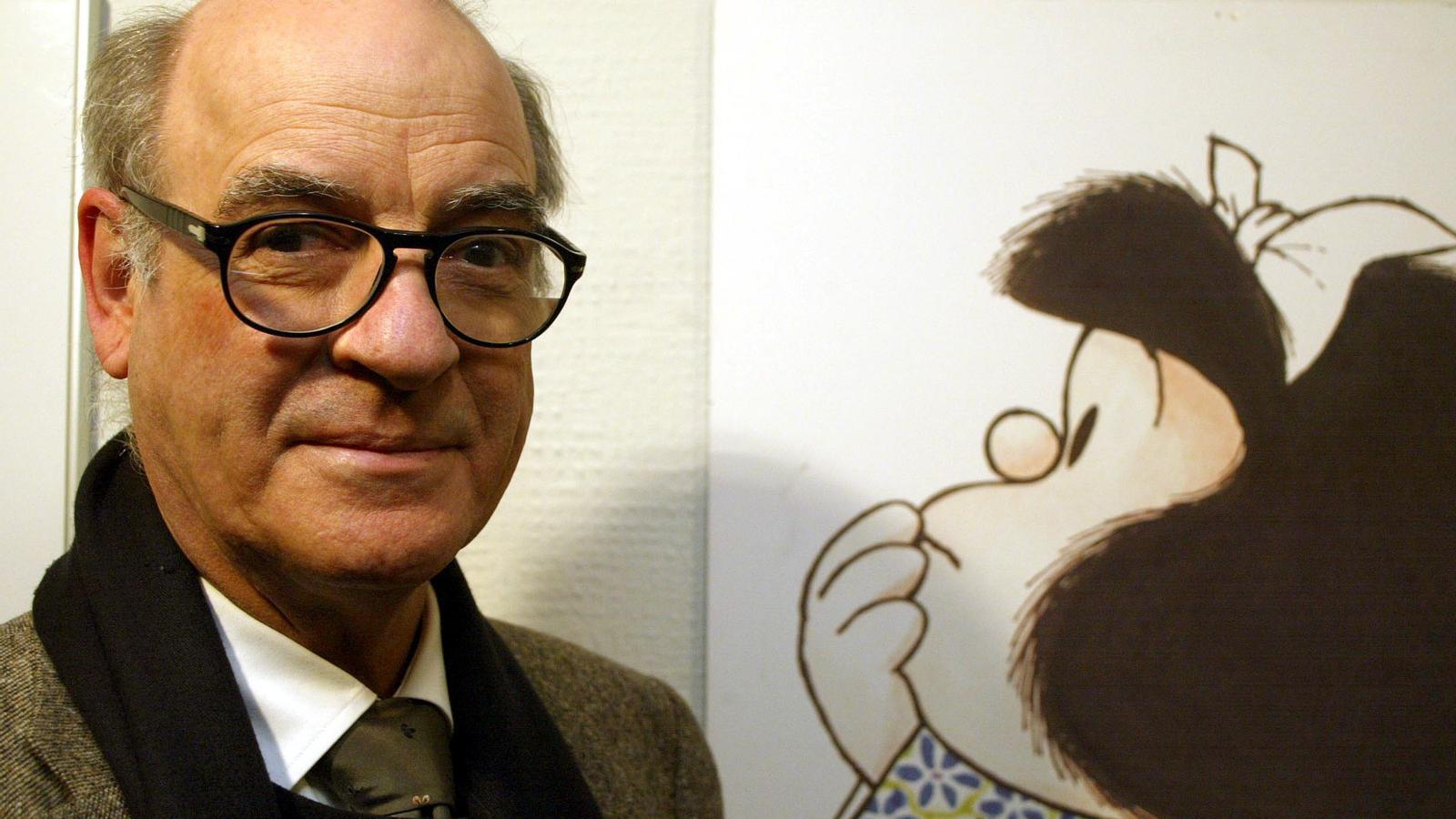 """L'humorista argentí Joaquín Salvador Lavado """"Quino"""" al costat del seu personatge més universal, """"Mafalda"""""""