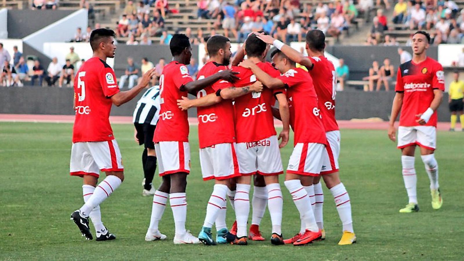 Els jugadors dels Mallorca celebren el gol anotat per Bonilla davant el Linense .