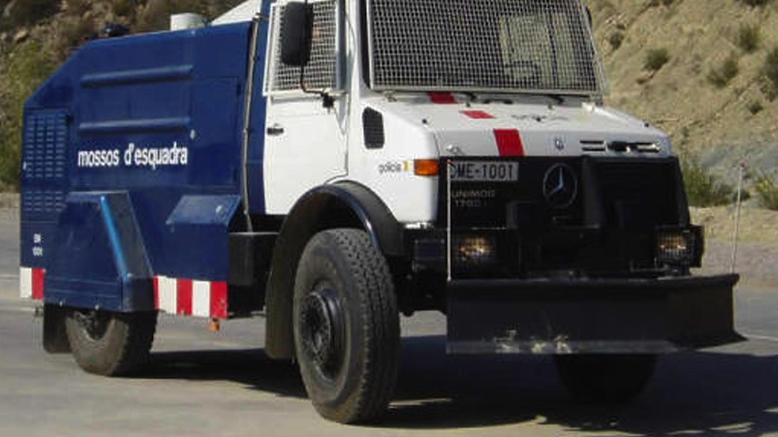 El vehicle llançador d'aigua a pressió dels Mossos, un Mercedes-Benz Unimog 1700 que no s'ha utilitzat mai / ACN