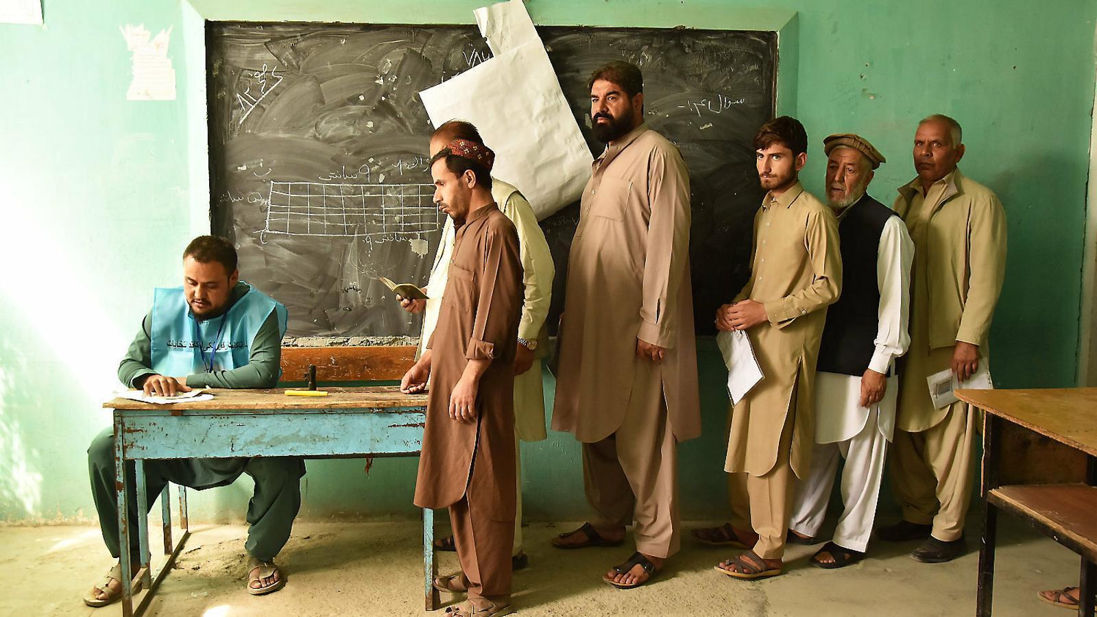 Electors esperant al col·legi de Rahman Mina, al barri de Karte Nau, a Kabul.