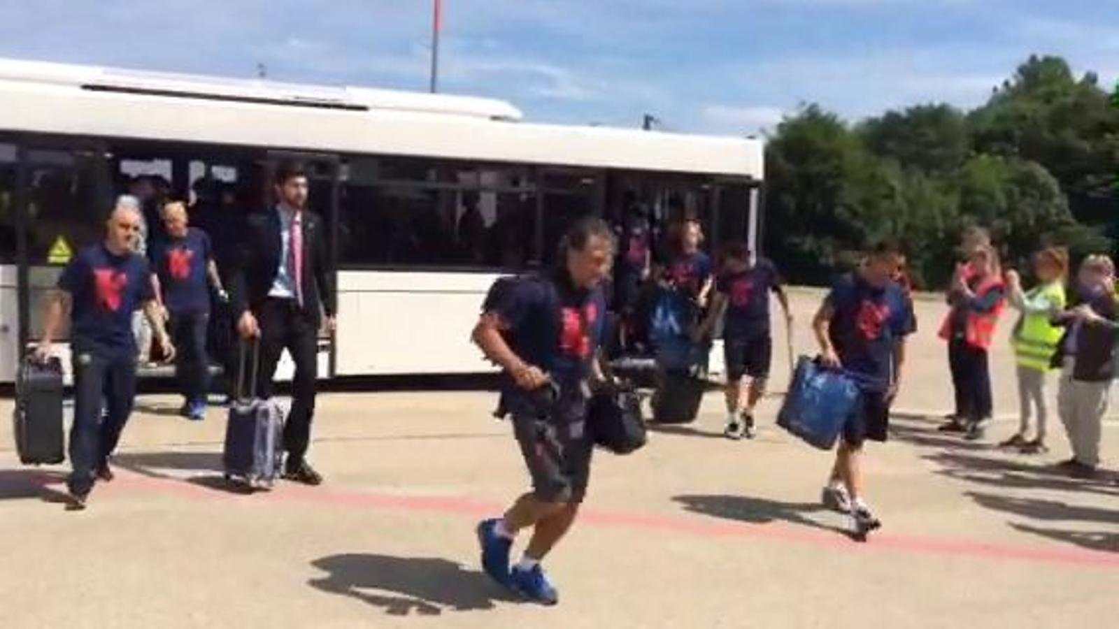 Els jugadors del Barça pujant a l'avió que els duu cap a Barcelona / T.P.