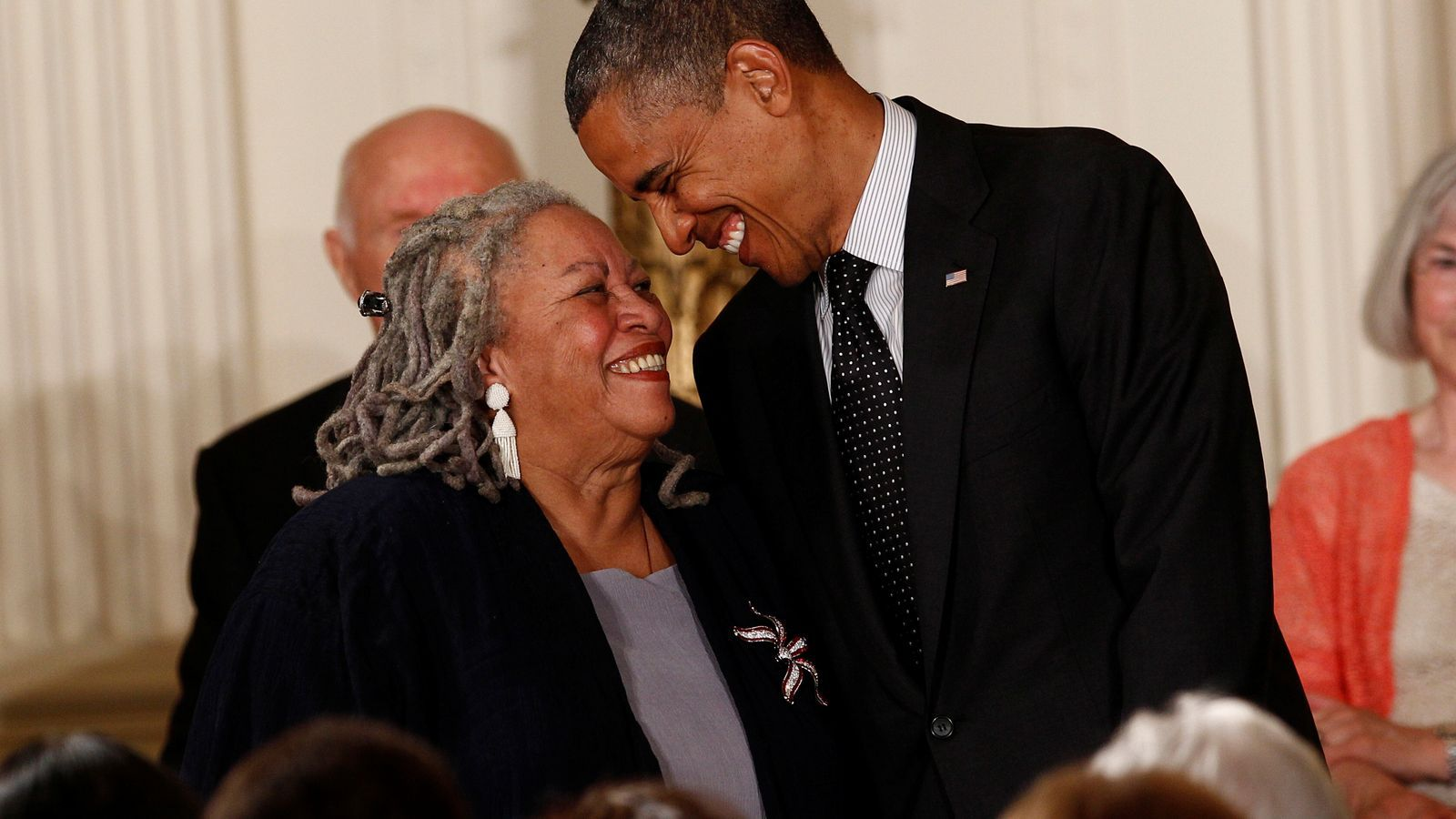 Toni Morrison amb  l'expresident dels Estats Units el 2012 amb motiu de la concessió de la medalla presidencial de Llibertat