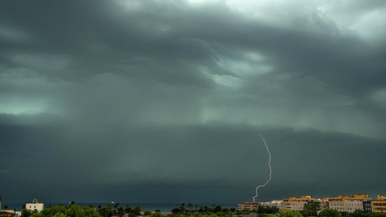 Es desactiva l'alerta vermella a Mallorca per fortes tormentes i risc de caps de fibló