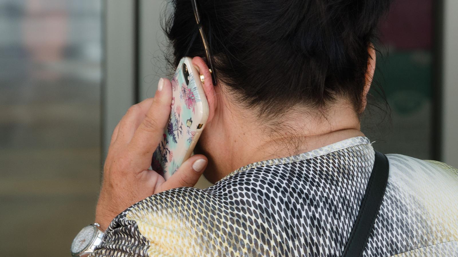 Una dona parla pel mòbil. ANA