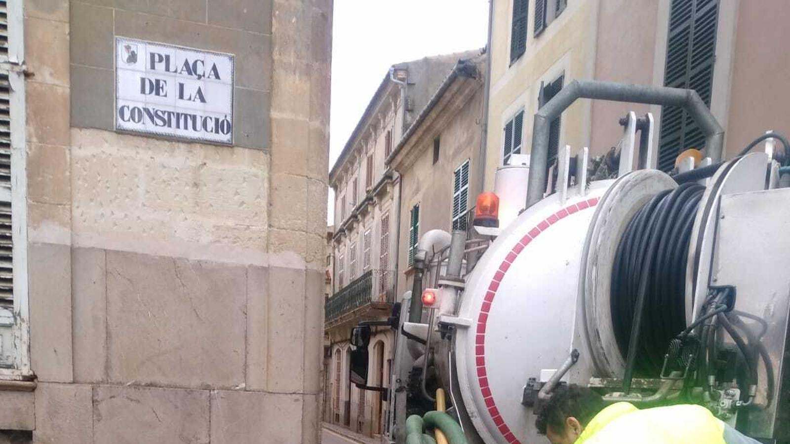 Tasques de desembossament a Plaça de la Constitució./ AJUNTAMENT DE MANACOR