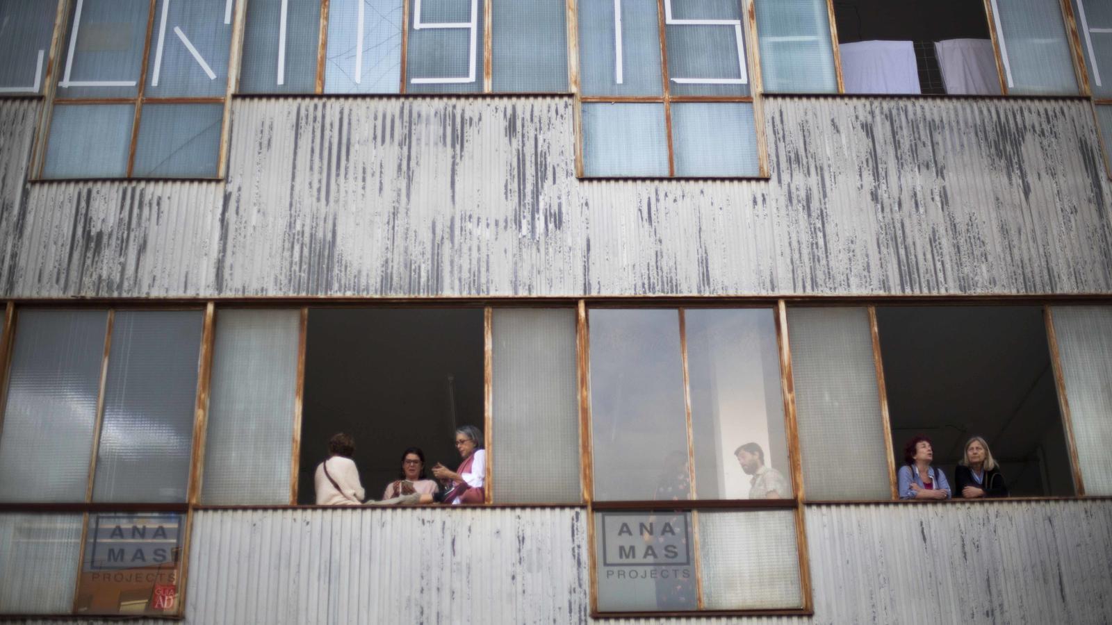 Les finestres de la galeria Ana Mas Projects, en un edifici industrial del carrer Isaac Peral