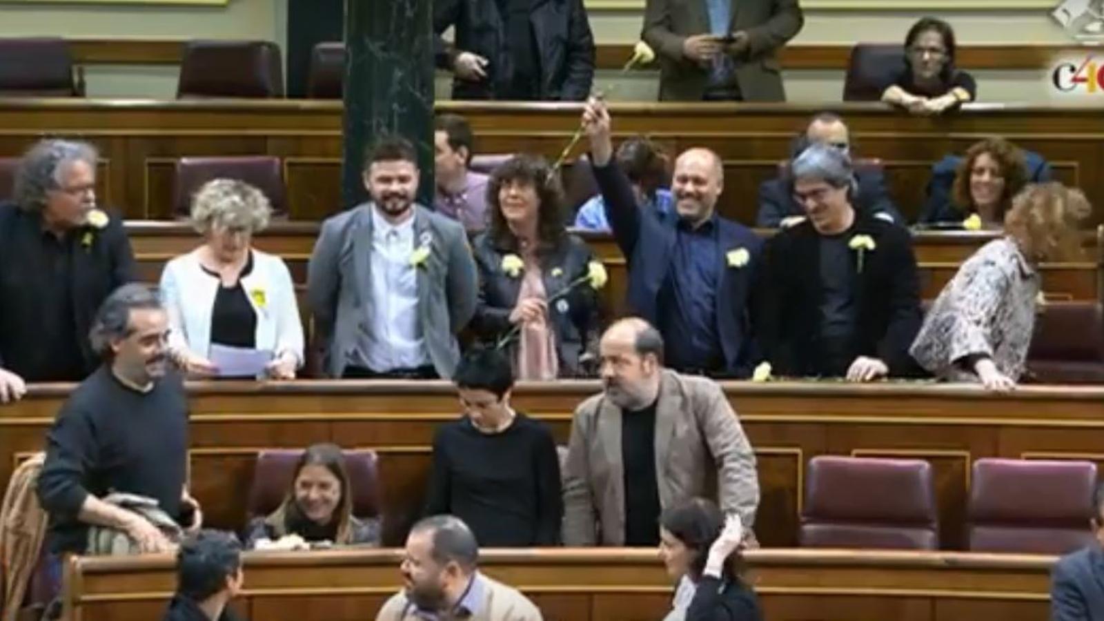 Els diputats d'ERC i PDECat treuen clavells grocs al Congrés i canten el 'Grândola, Vila Morena'