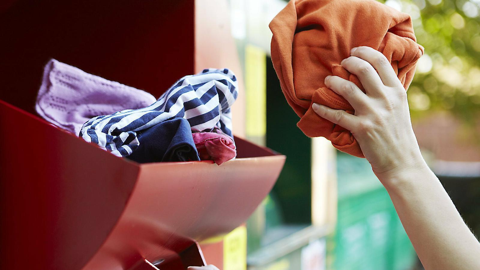 01. La xifra de contenidors per a roba usada encara es baixa però augmentarà en els pròxims anys.  02. Tendim a comprar i acumular molta roba, molta més de la que ens posem.    03. Anna Estany, a l'esquerra, amb diverses peces que ha fet a partir de roba reciclada.