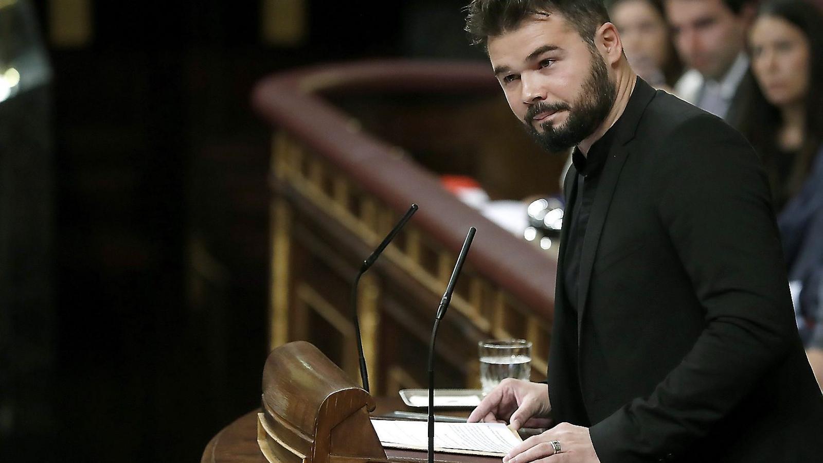 Gabriel Rufián mirant cap a la bancada socialista durant el seu discurs en la segona sessió del debat d'investidura.
