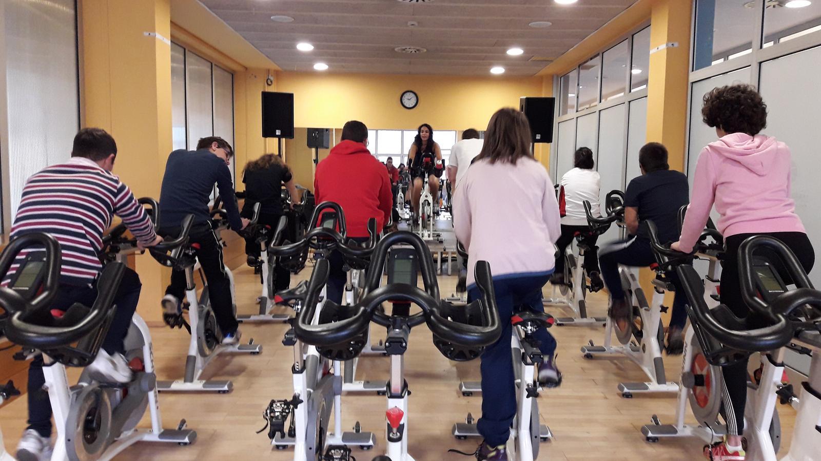 Els usuaris del programa en una de les activitats físiques que poden fer. / EENSM