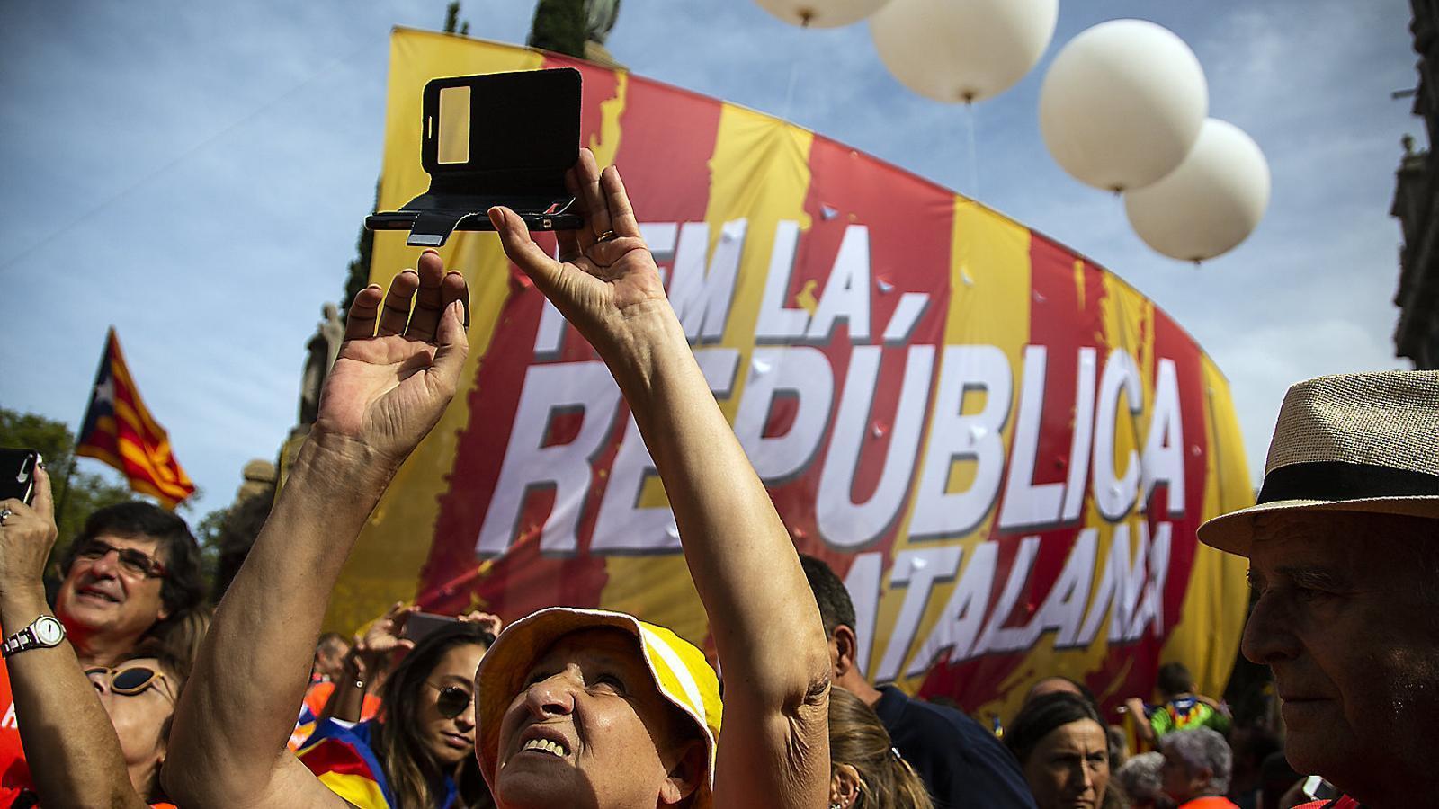 Una manifestant fent una foto durant la marxa per la República a l'avinguda Diagonal.