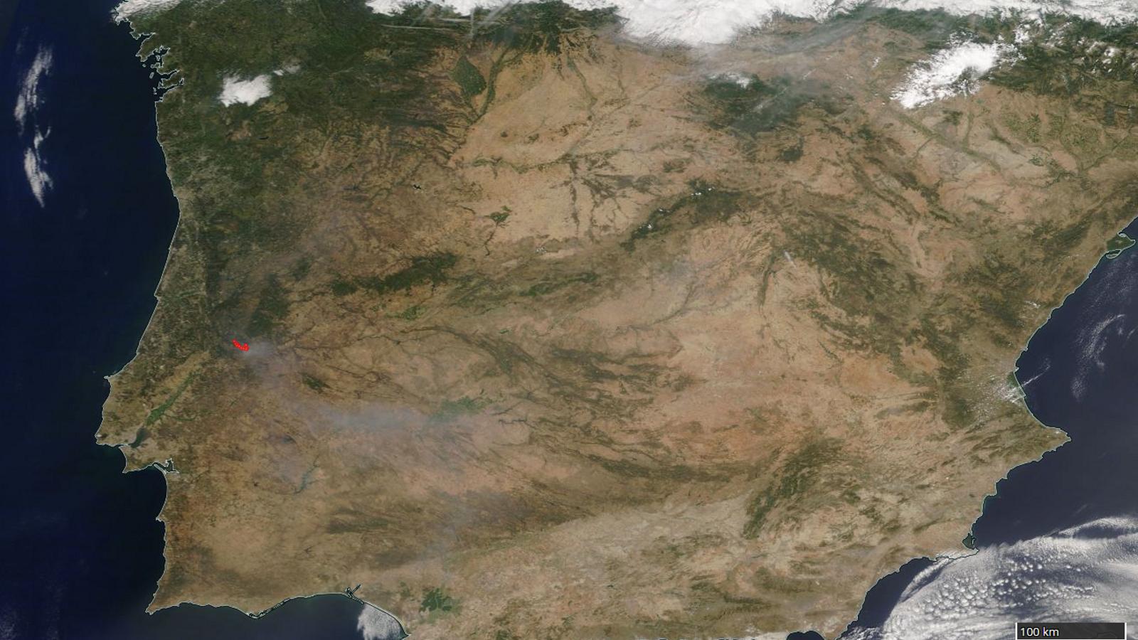 S'intueix com una zona grisosa a la imatge MODIS del satèl·lit polar Terra, corresponent al fum de l'incendi de Portugal. La zona on el foc és actiu està marcada en vermell.