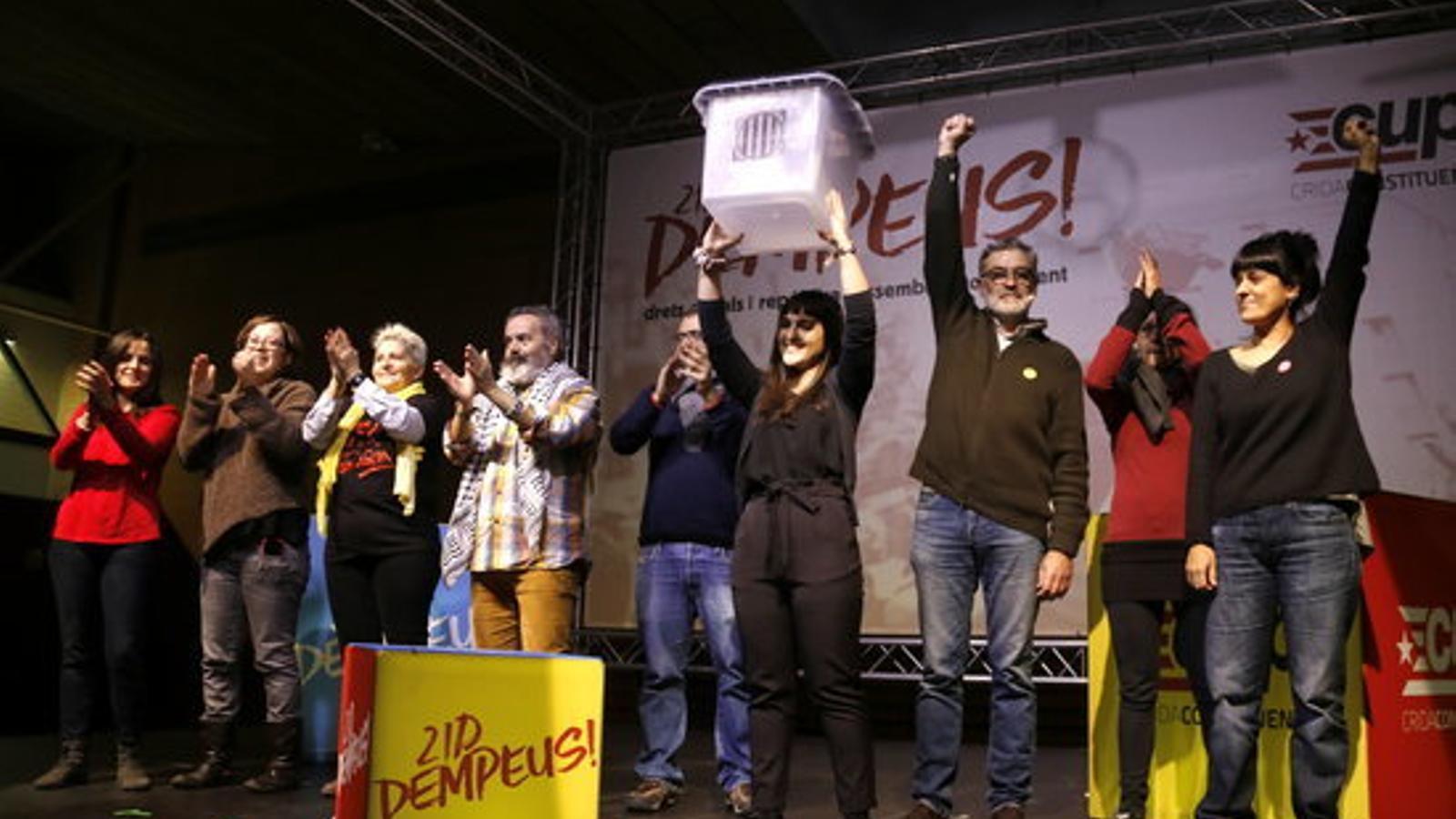 Foto de família després de l'acte final de campanya de la CUP. El candidat, Carles Riera, amb el puny alçat