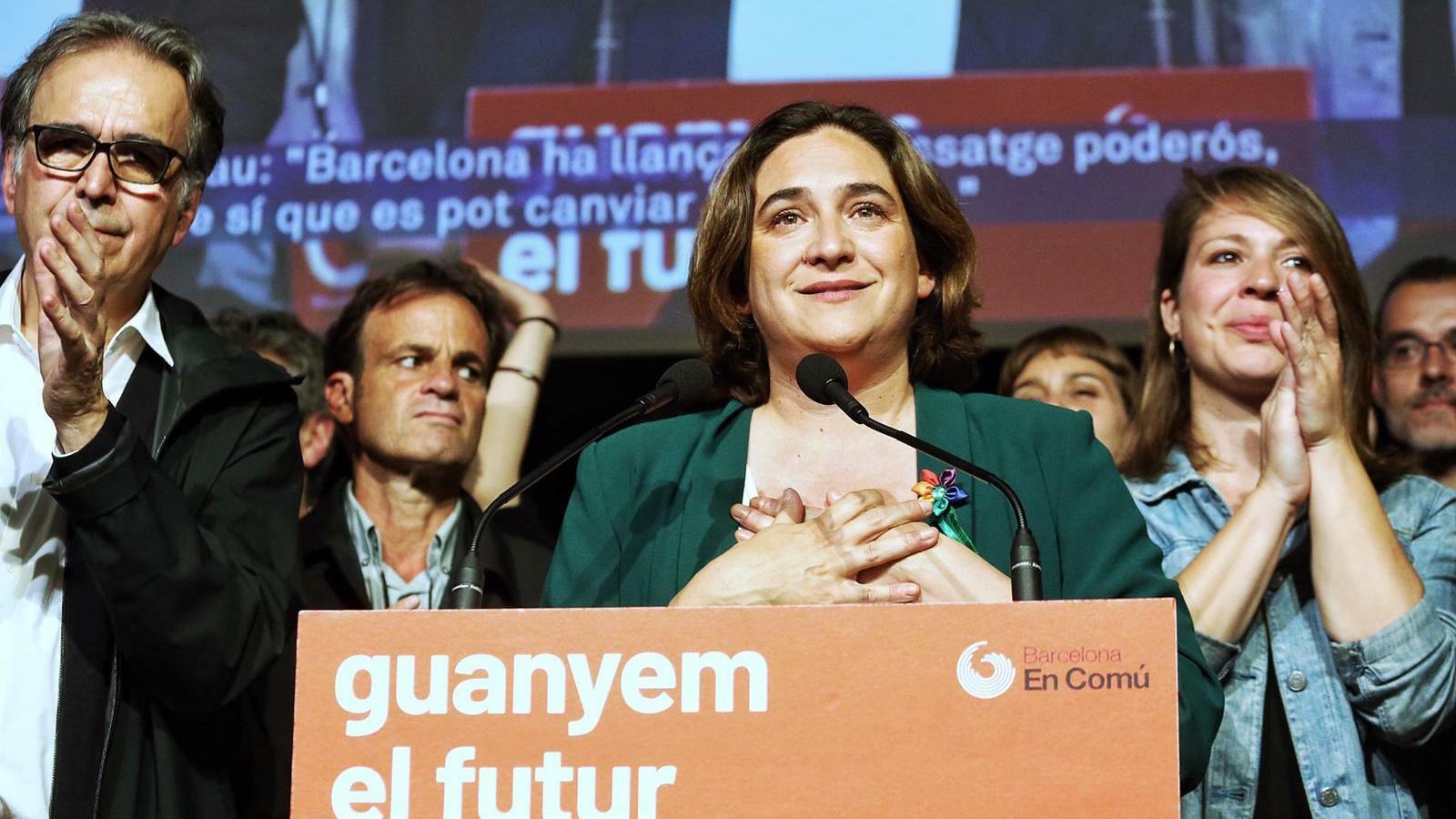 Ada Colau envoltada de membres del seu equip a la compareixença final de la nit electoral