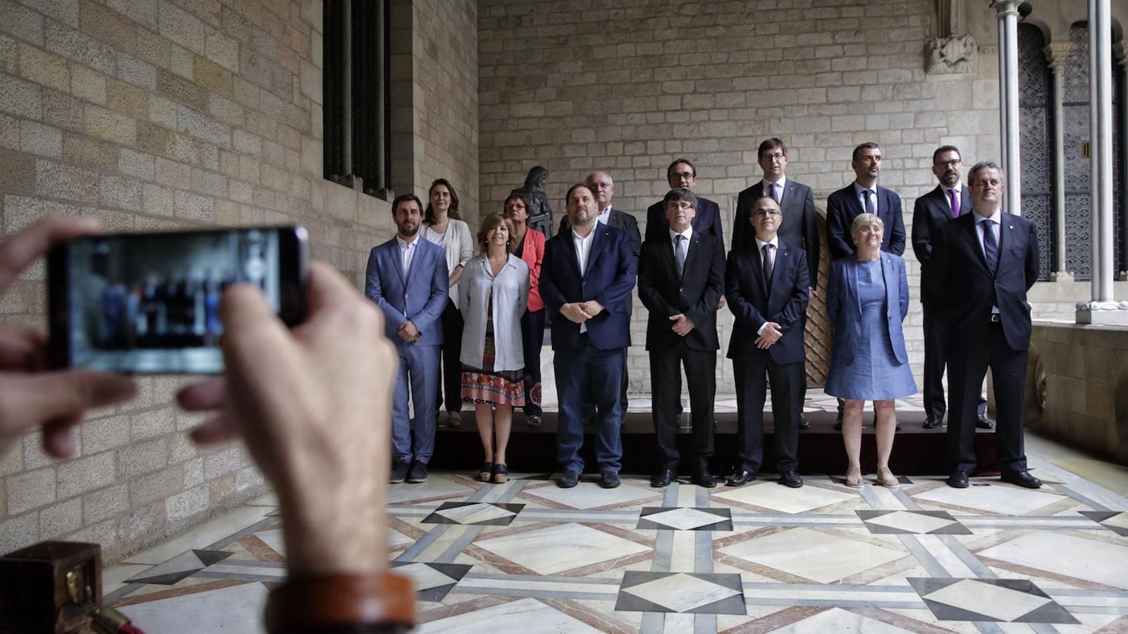 Foto de família del nou govern de Puigdemont per a l'1-O