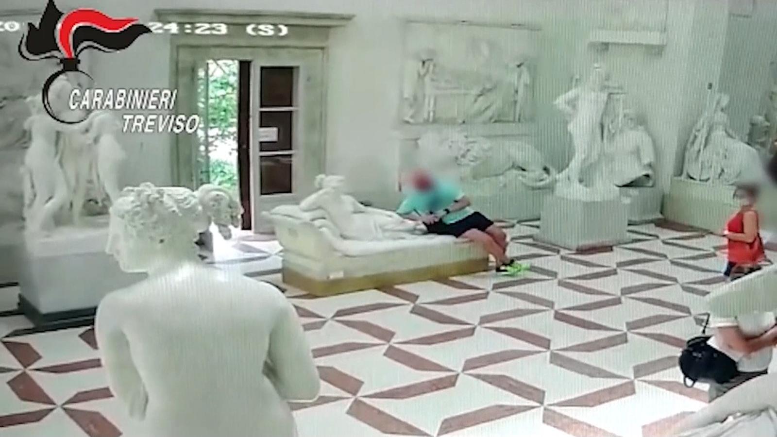 Un turista trenca una escultura d'Antonio Canova