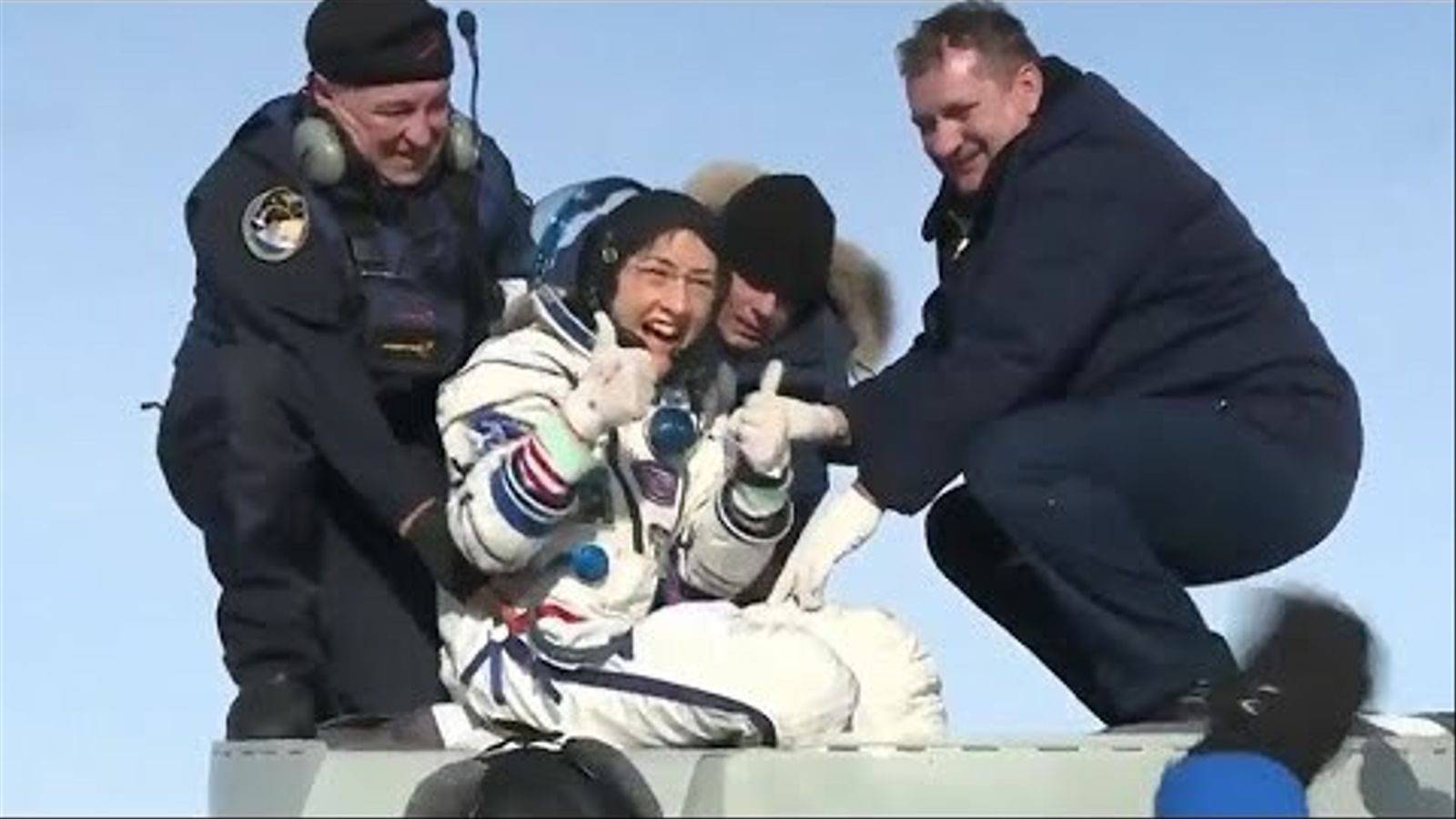 El moment en que Christina Koch surt de la nau que l'ha tornada a la Terra
