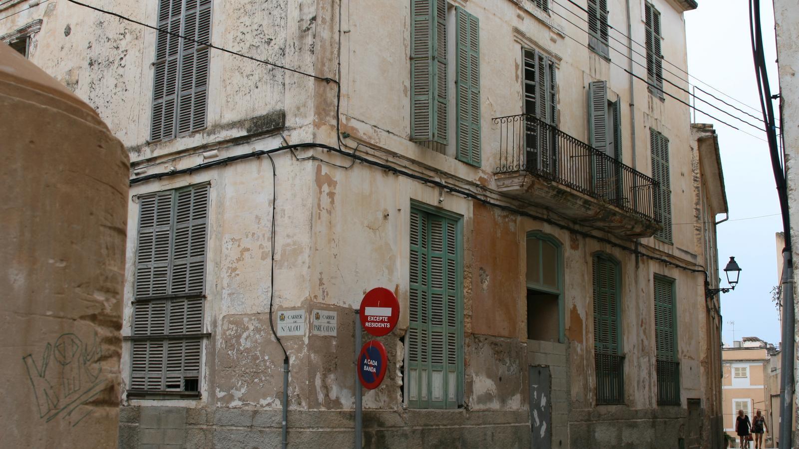 Uns dels  nombrosos casals del centre de Felanitx totalment abandonat.