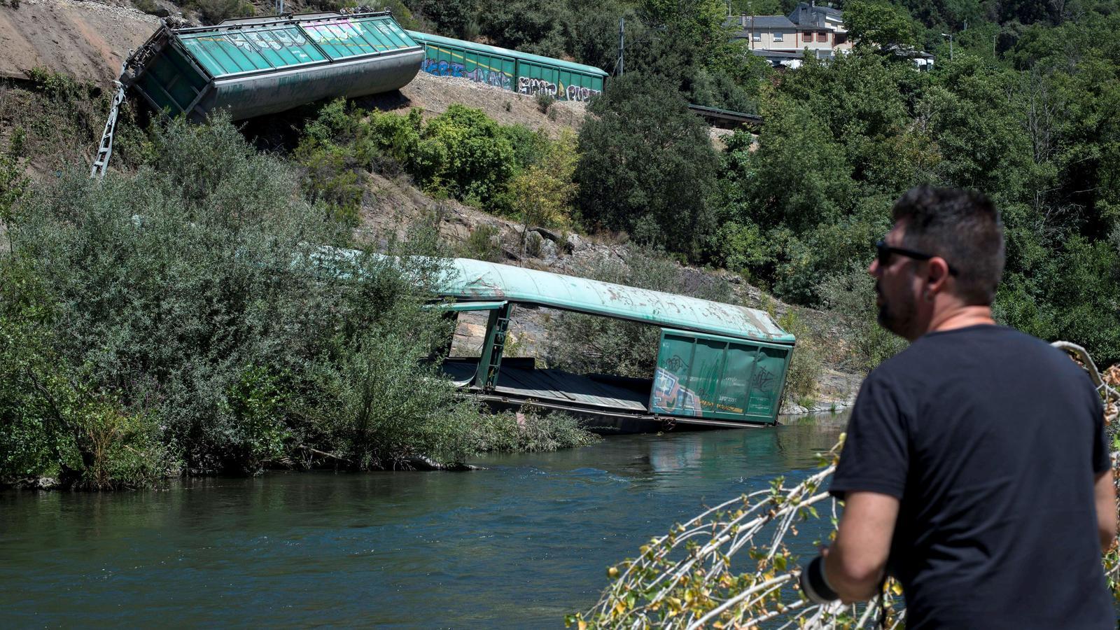 Adif llança al riu Sil a Ourense uns vagons d'un tren descarrilat