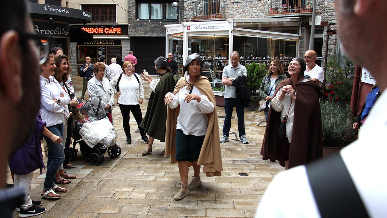 L'inici de la visita teatralitzada al cap del carrer. / M. M. (ANA)