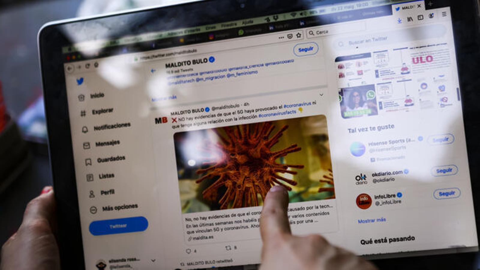 Un usuari de Twitter consultant el perfil de desmentir Fake News Maldito Bulo