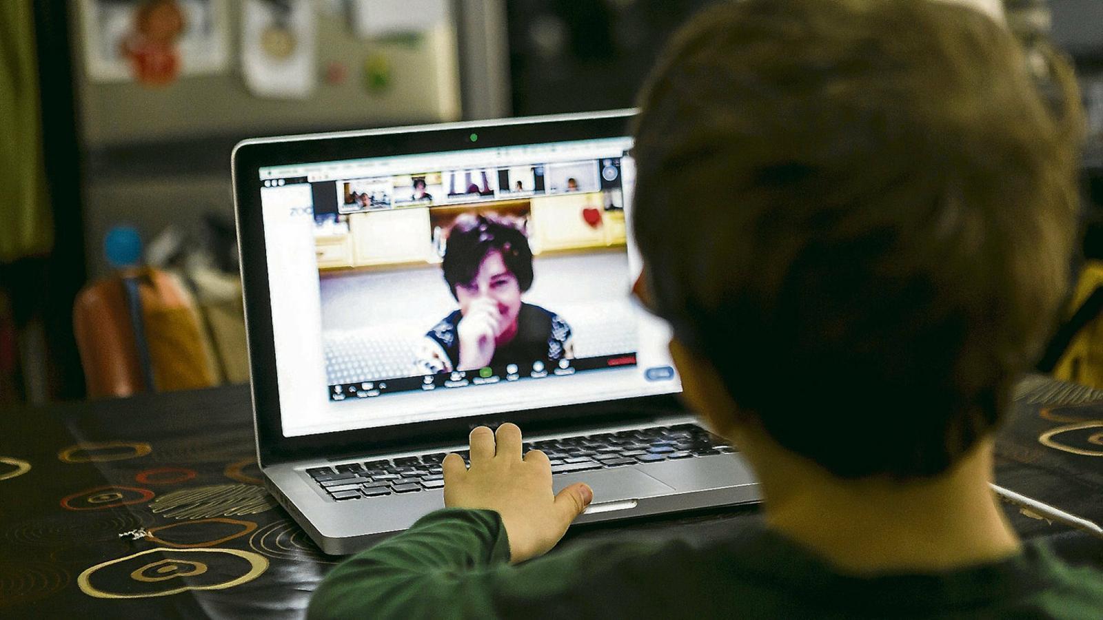 Un nen fent classe online  a casa durant  el confinament decretat  pel govern espanyol  per intentar frenar la propagació del coronavirus.