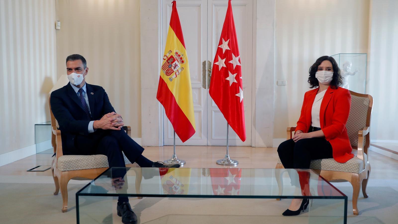 El president espanyol, Pedro Sánchez, i la madrilenya Isabel Díaz Ayuso aquest dilluns reunits a la seu del govern regional.