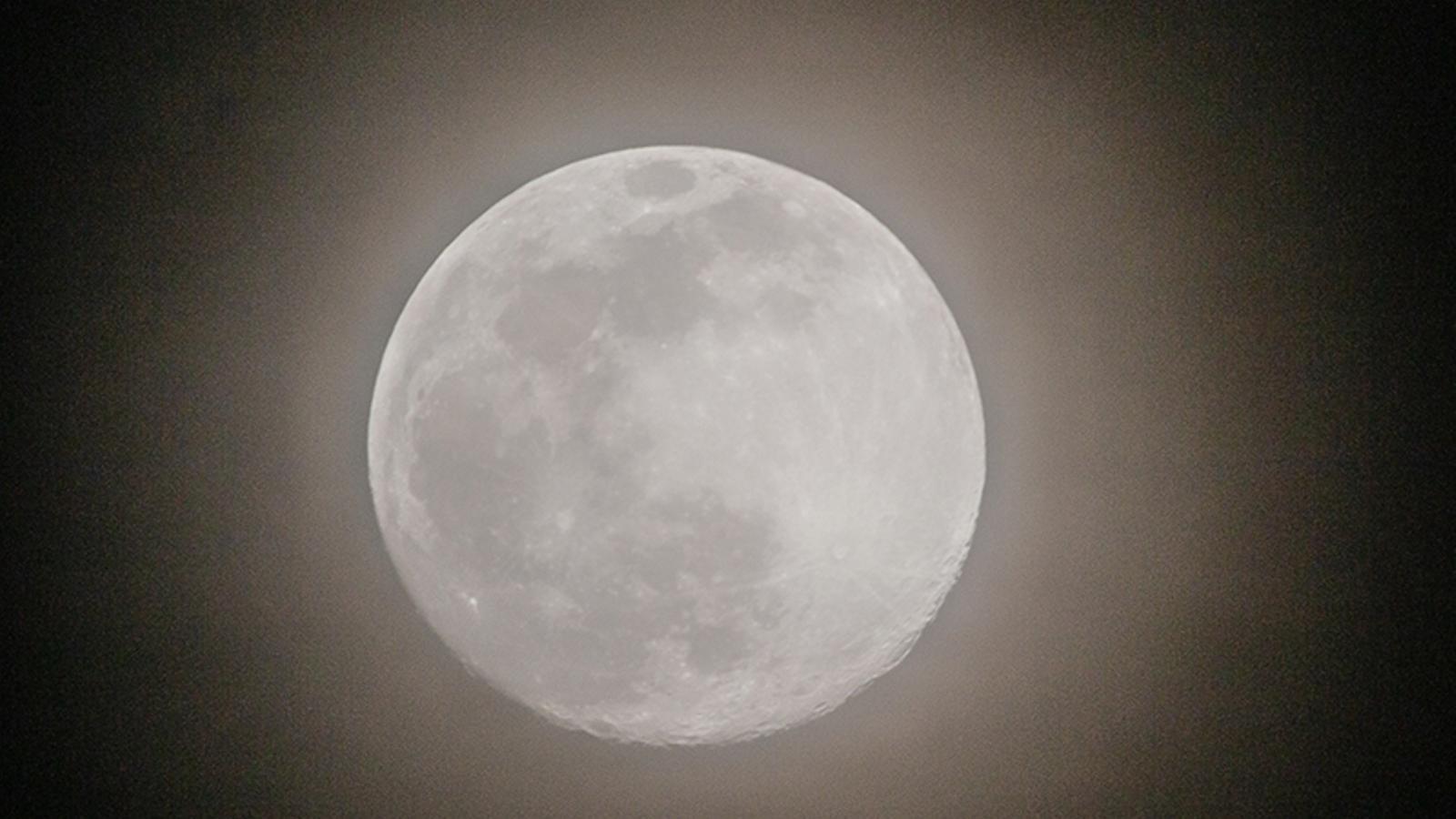 La lluna ahir amb un tèl de núvols alts des de Vic