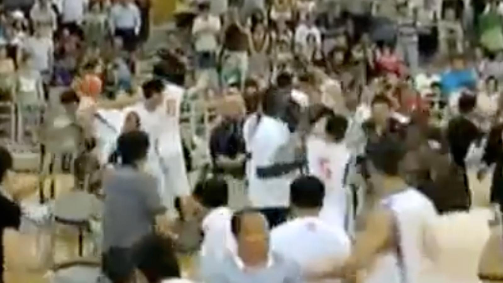 Un partit amistós entre equips de bàsquet de la Xina i els Estats Units acaba en batalla campal