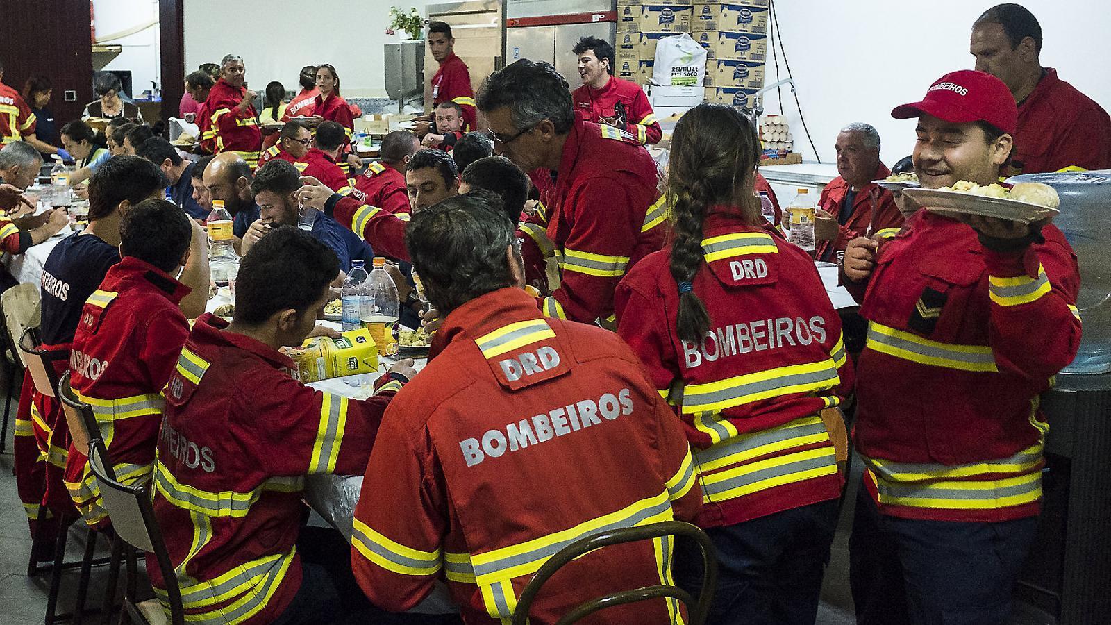 Hora de sopar a la caserna de bombers voluntaris de Figueiró dos Vinhos. Durant els quatre primers dies de l'incendi es van servir fins a 2.000 àpats, tots ells cuinats per un equip de voluntàries. NUNO PERESTRELO