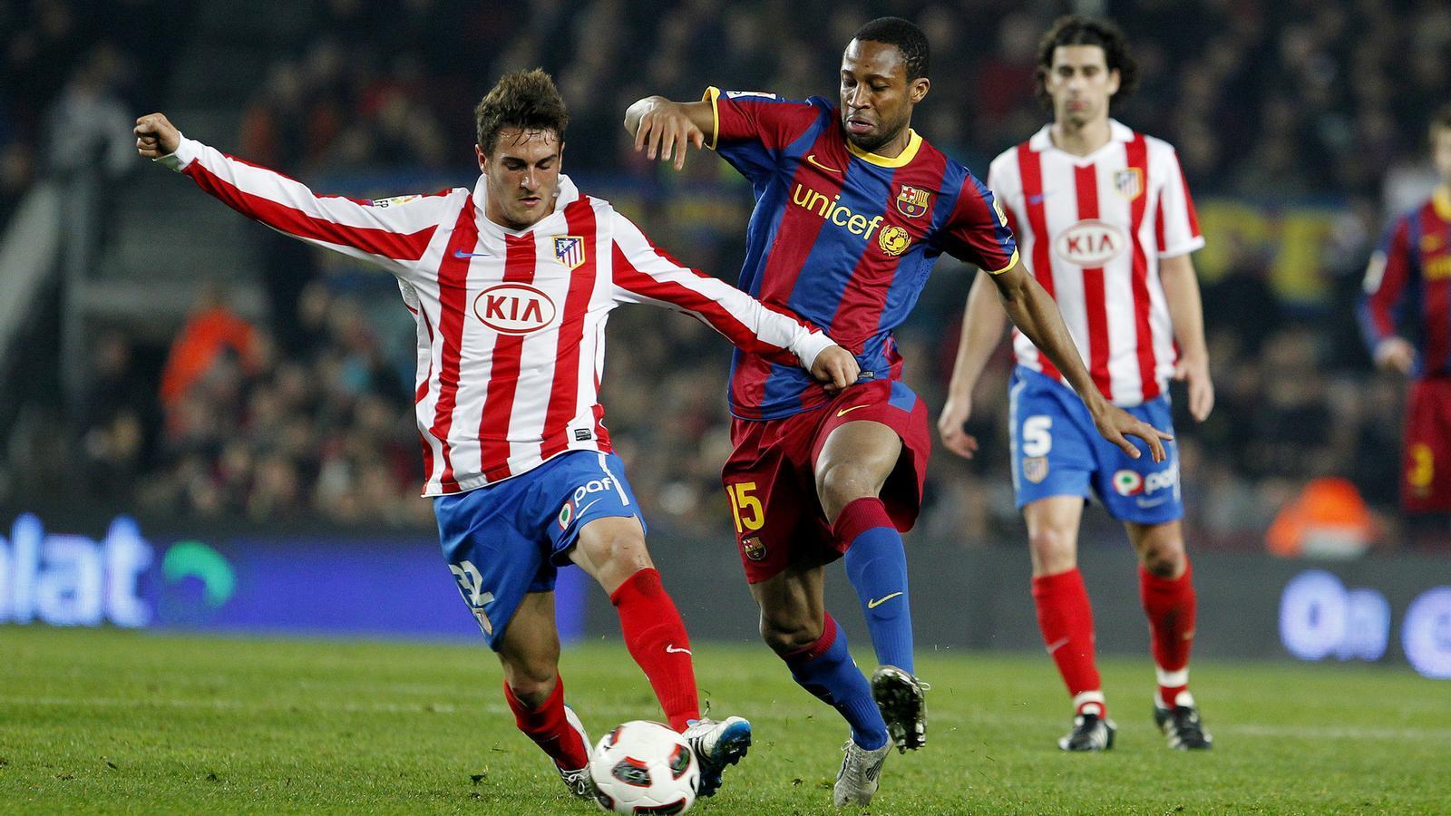 Keita li disputa una pilota al migcampista Koke en el partit de Lliga contra l'Atlètic de Madrid al Camp Nou. / PERE TORDERA