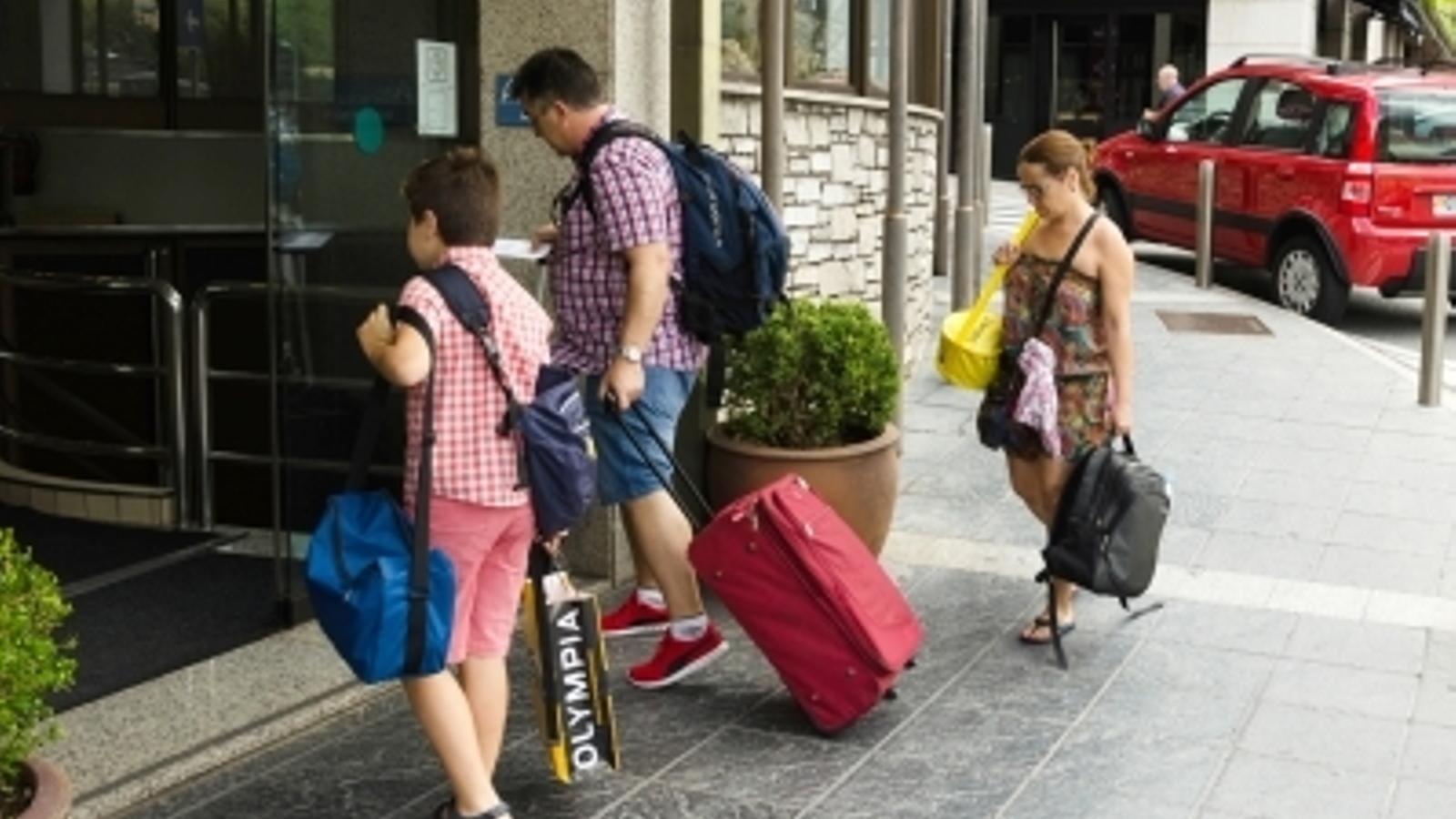 Turistes a l'entrada d'un hotel. / ARXIU