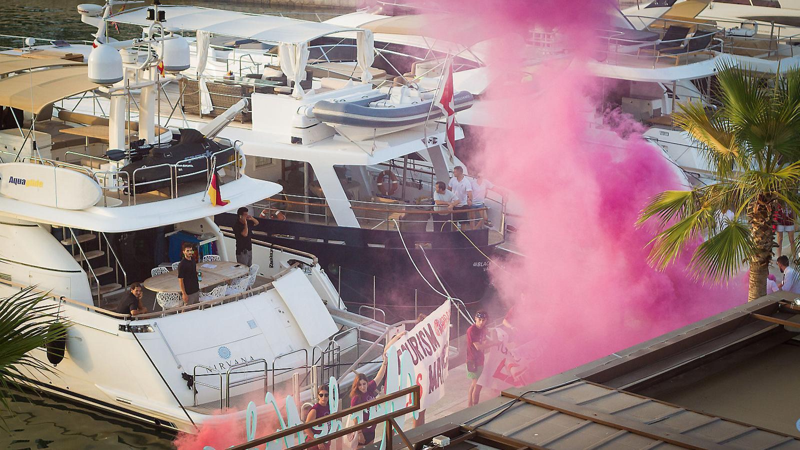 Arran Palma va dur a terme una acció al moll Vell el 22 de juliol per tal de denunciar els efectes negatius del turisme a la ciutat.