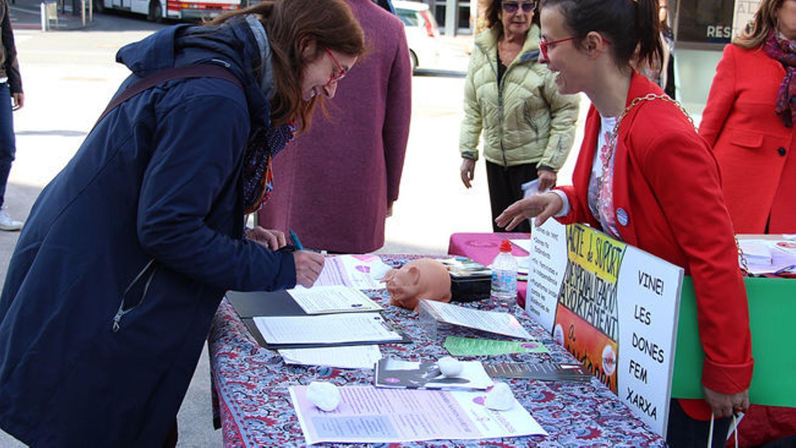 Recollida de signatures per part d'Stop Violències per legalitzar l'avortament a Andorra. / ARXIU ANA