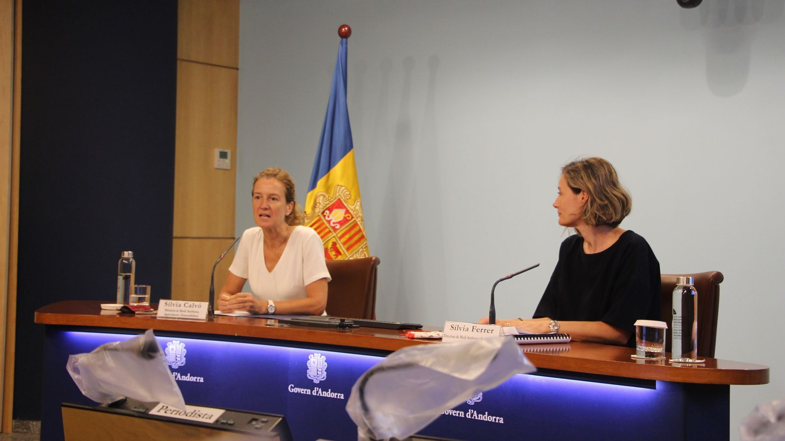 La ministra de Medi Ambient, Agricultura i Sostenibilitat, Sílvia Calvó, juntament amb la directora de Medi Ambient i Sostenibilitat, Sílvia Ferrer, durant la presentació