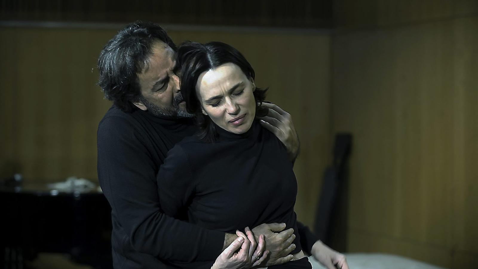 Abel Folk i Ariadna Gil -a la foto en un assaig- interpreten Jane Eyre després que Ramon Madaula i Clara Segura es despengessin del projecte per altres compromisos.