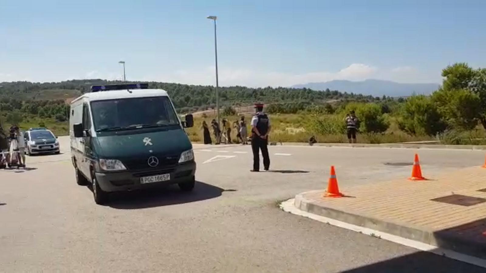 Crits de consellera i presidenta a l'arribada de Forcadell i Bassa a la presó de Puig de les Basses, a Figueres