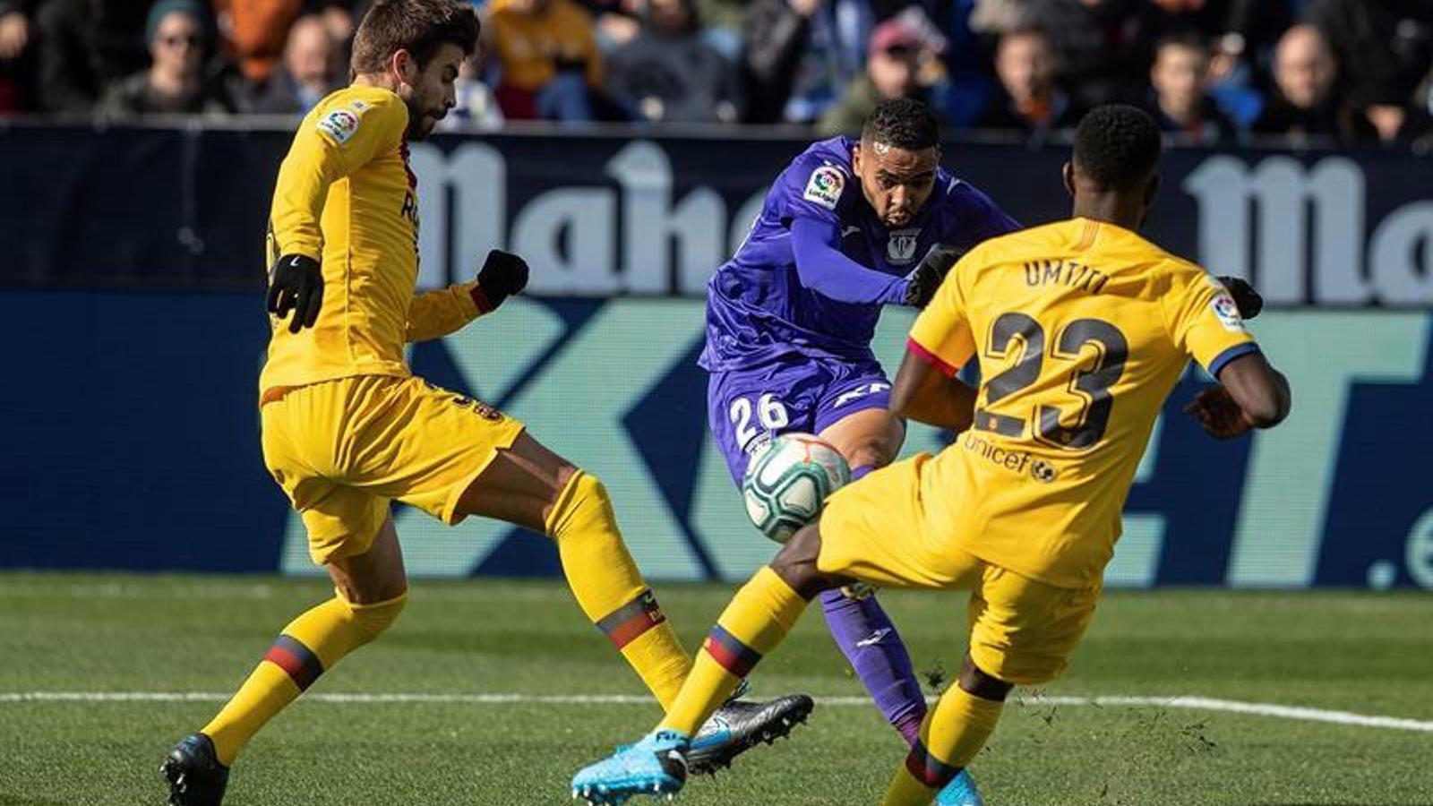 En-Nesyri, marcant el gol del Leganés entre Piqué i Umtiti