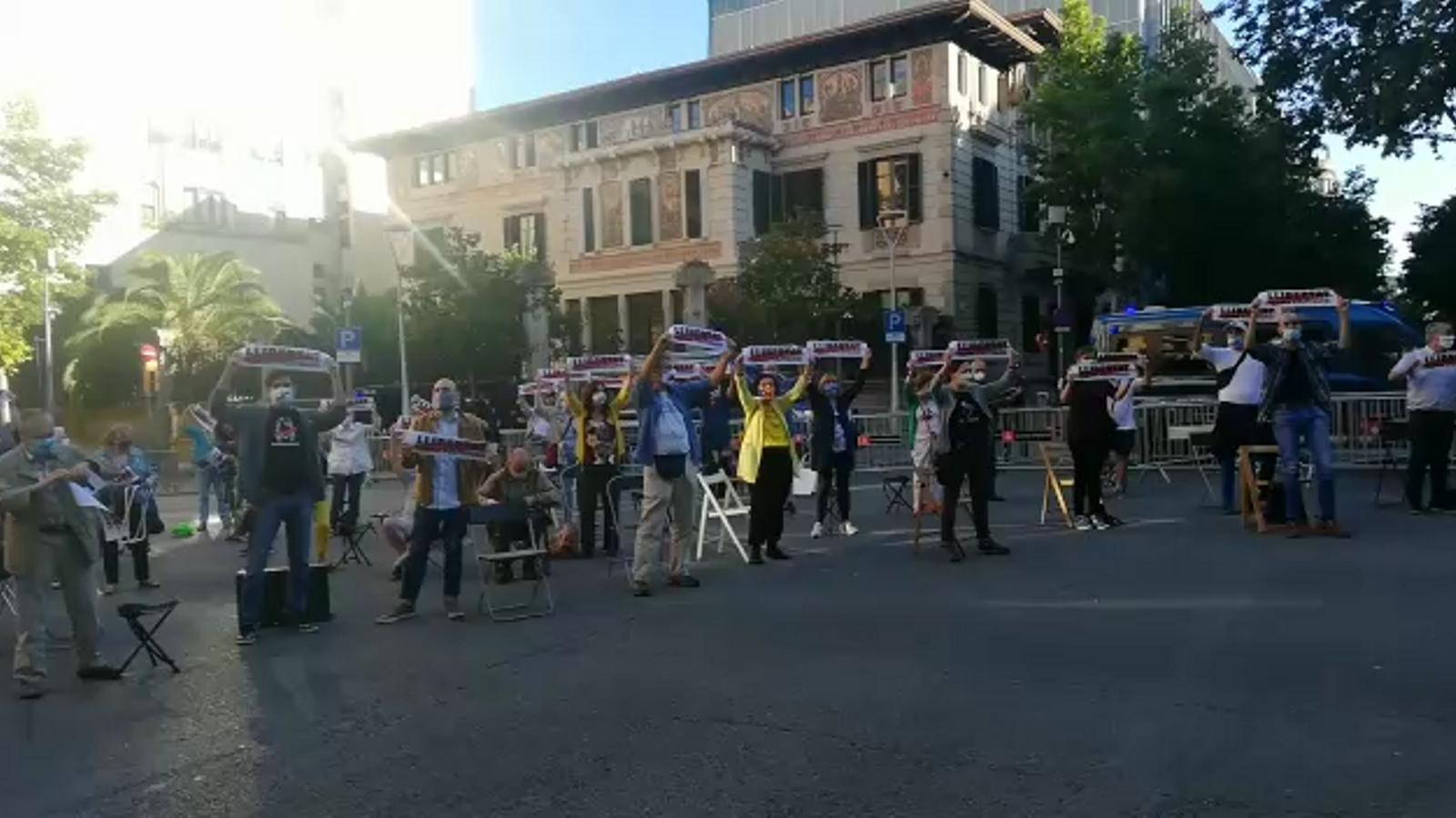 Concentració d'Òmnium davant la delegació del govern espanyol a Barcelona
