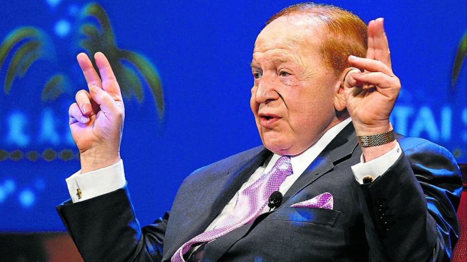 L'IMPULSOR DE LAS VEGAS A EUROPA El gran magnat Sheldon Adelson, amo d'un imperi de joc i oci i seguidor declarat del sionisme més extrem, ha injectat desenes de milions de dòlars en la campanya de Newt Gingrich. A més també és l'home que es disputen Catalunya i Madrid perquè les triï per acollir el macrocomplex d'oci conegut com Las Vegas d'Europa.