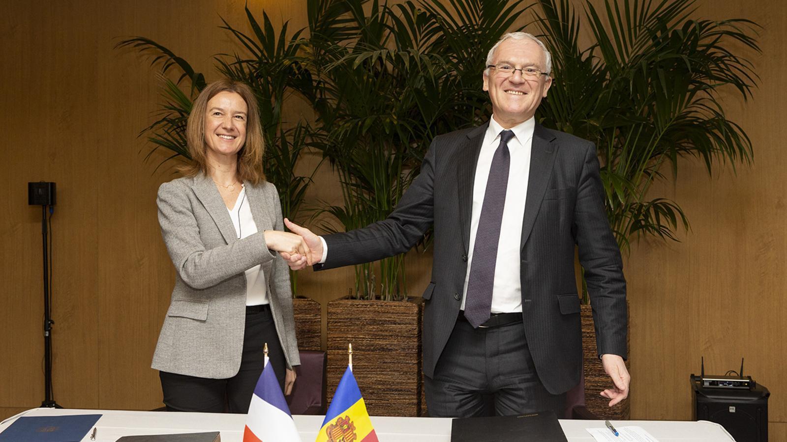 La ministra de Medi Ambient, Agricultura i Sostenibilitat, Sílvia Calvó, durant la signatura del conveni marc amb el president del grup Electricité de France (EDF), Jean-Bernard Lévy, aquest dimarts. / FERNANDO PÉREZ (EFE)