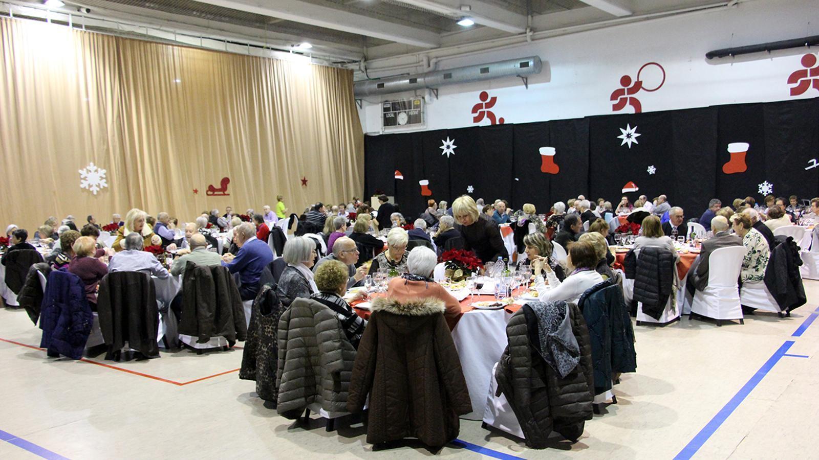 Prop de 150 padrins gaudeixen del dinar de Nadal de Sant Julià de Lòria. / M. M. (ANA)