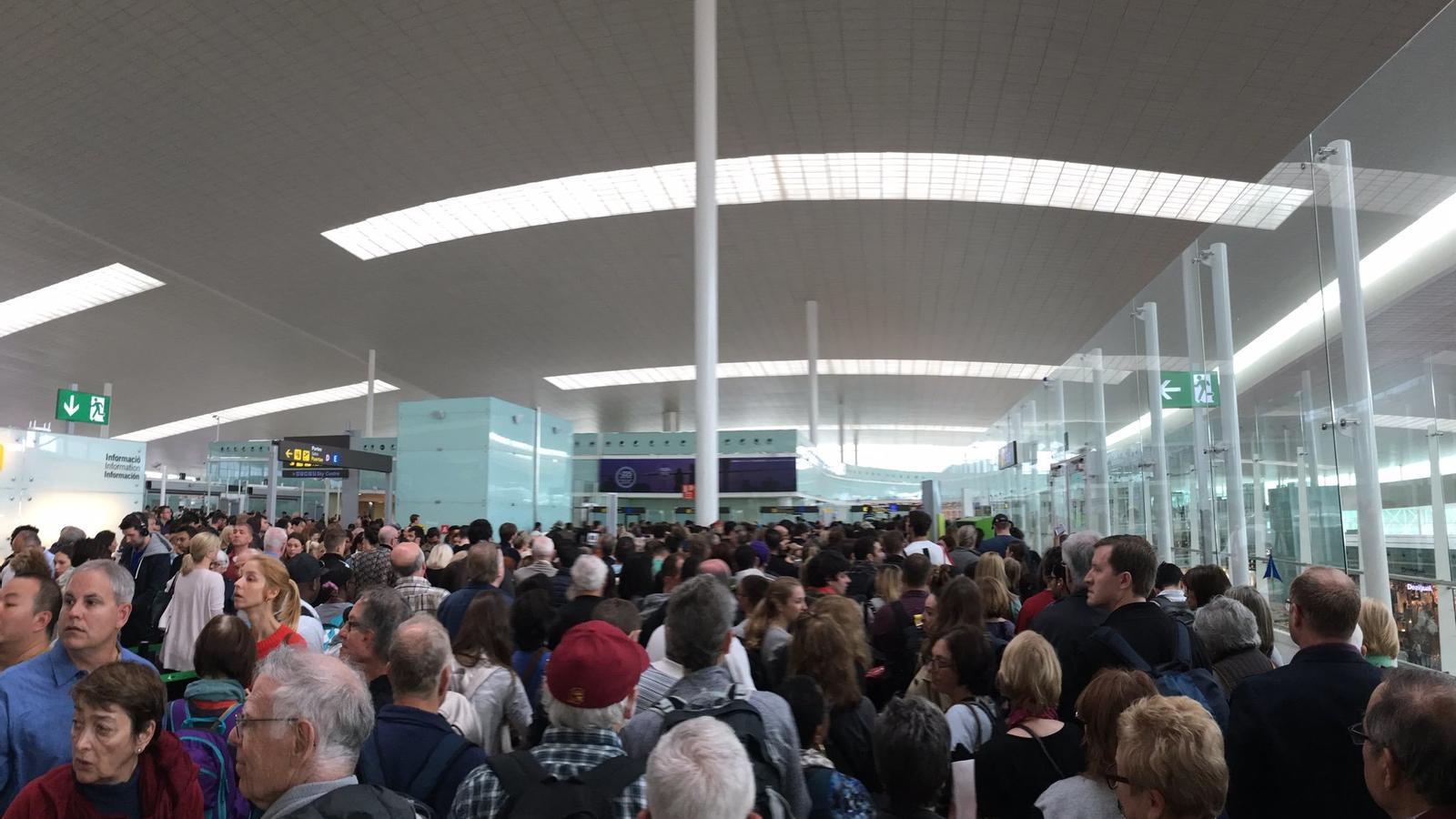 Caos i aglomeracions a l'aeroport del Prat pel nou control de passaports
